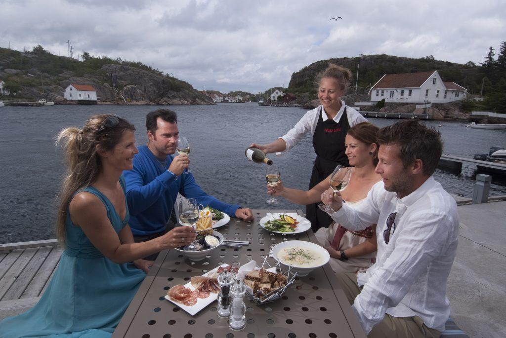 Bølgen & Moi serverer sommergjester på bryggekanten . Foto: Peder Austrud©Visit Sørlandet