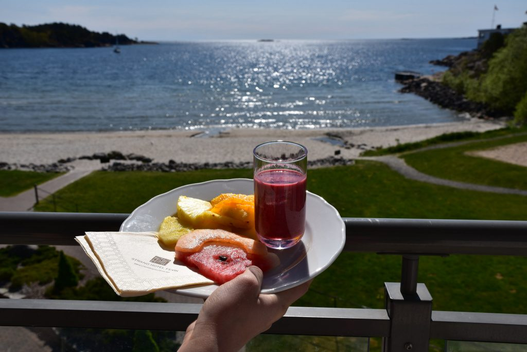 Frukt og hotellets egen smoothie nytes på verandaen på Strand Hotel Fevik. Foto E. Høibo©Visit Sørlandet