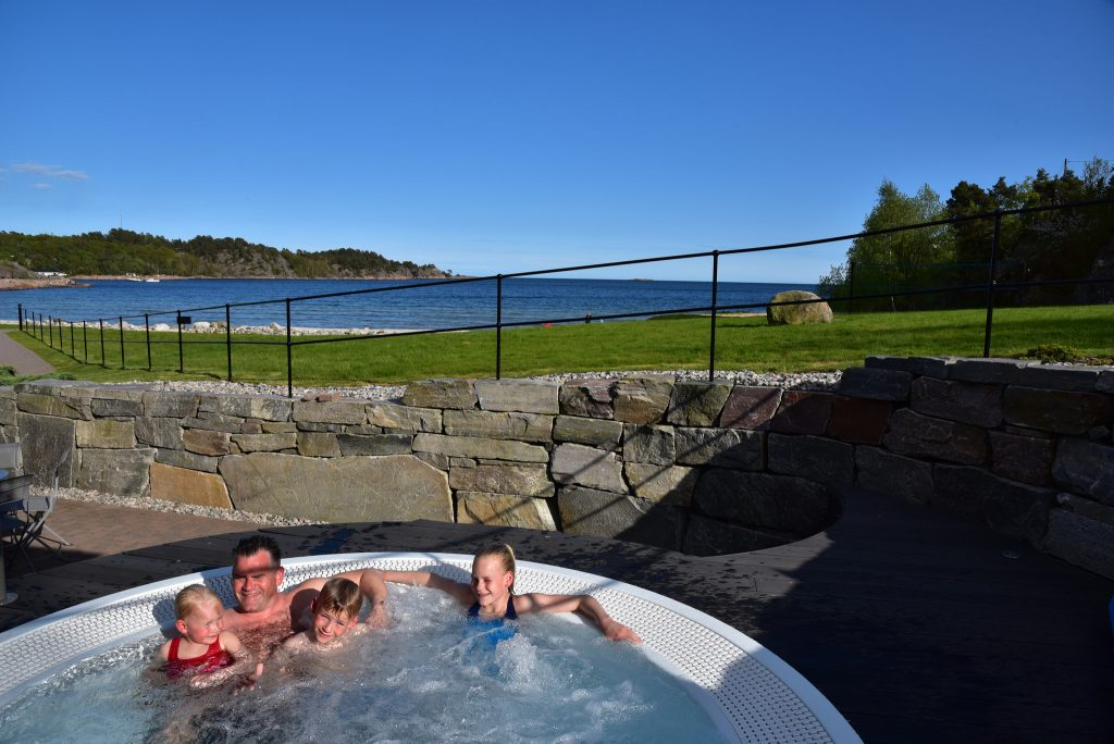 Familien koste seg i boblebadet på Strand Hotel Fevik. Foto: Elisabeth Høibo©Visit Sørlandet