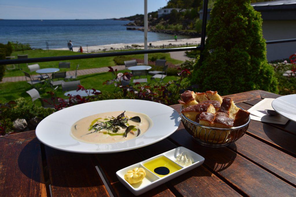 Fiskesuppe servert med utsikt på Strand Hotel Fevik. Foto: Elisabeth Høibo©Visit Sørlandet