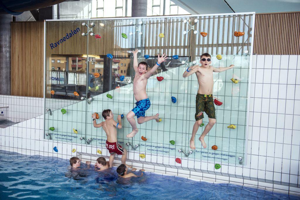 Barn på sommerleir i klatreveggen på Aquarama Bad