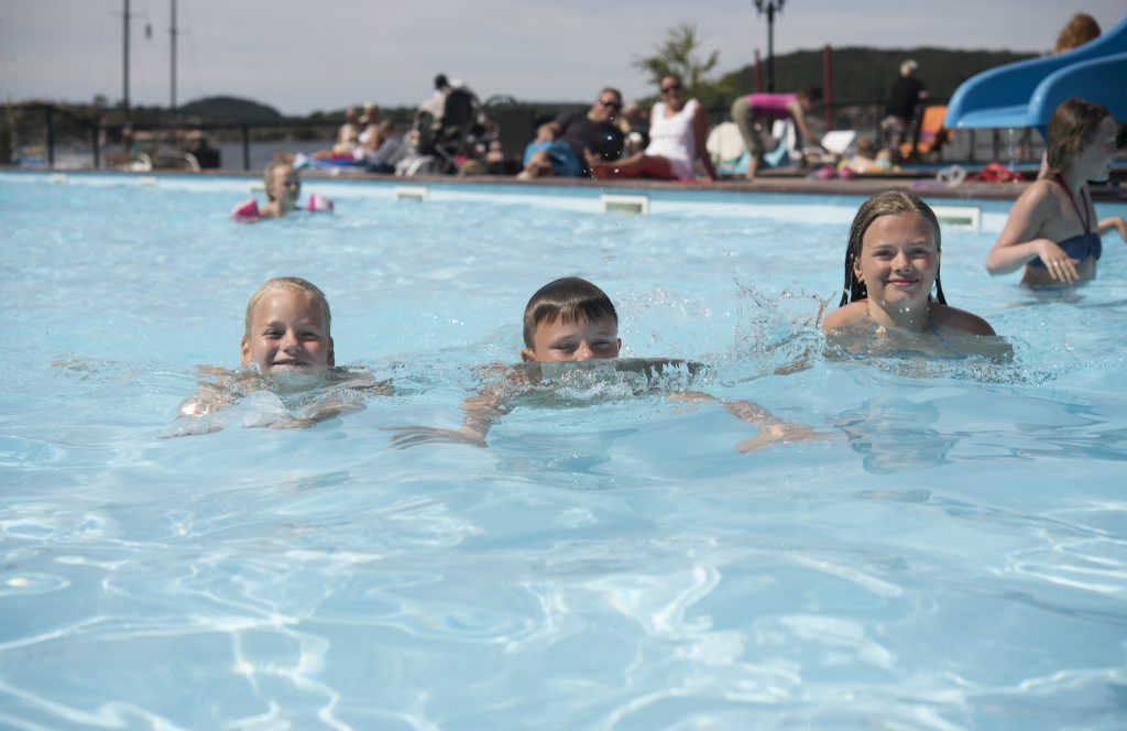 På Åros Feriesenter har 25 meters svømmebasseng og har i år ny lekeplass til barna. Foto: Peder Austrud©Visit Sørlandet