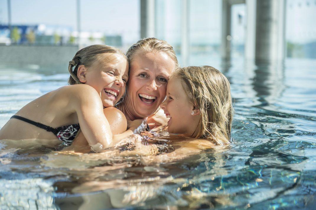 I Aquarama i Kristiansand hvor store og små koser seg i badeanlegget. Deilig badevann i Aquarama i Kristiansand. Foto: Anders Martinsen©Aquarama Bad