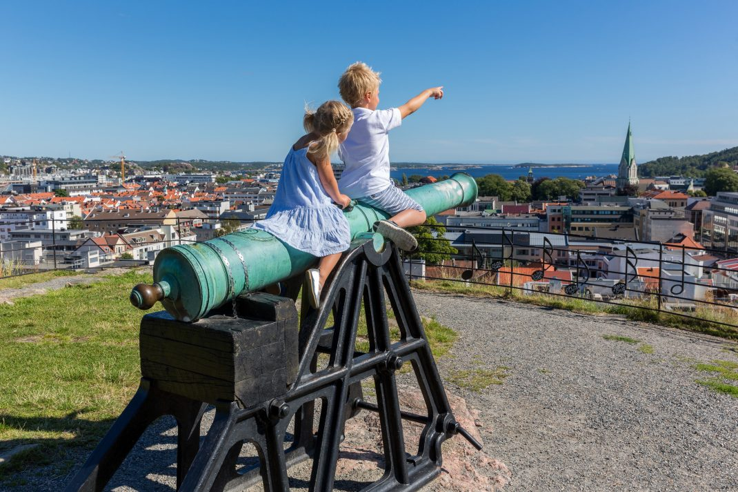 Barn på kanon på utsiktspunkt i Baneheia, Kristiansand.