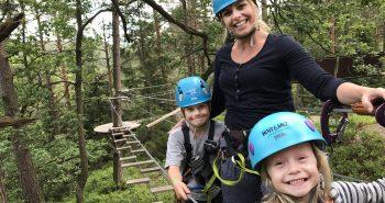 Mopr og barn i Klatreparken Høyt & Lavt Kristiansand