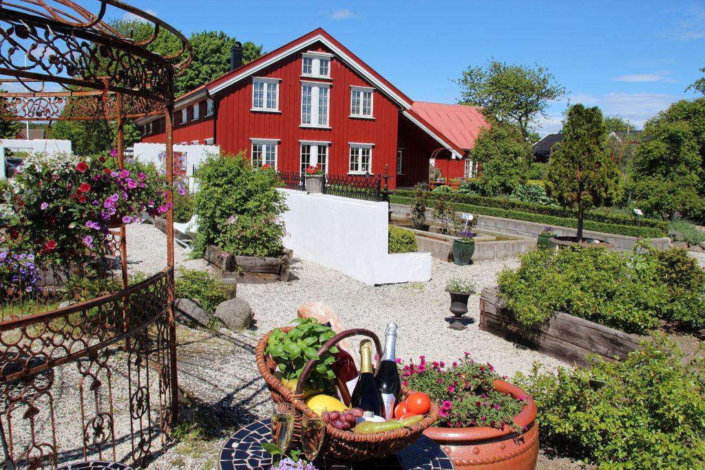 Kjører du til Tromøya utenfor Arendal, kan du nyte livet på Bjellandstrand gård. Foto: I. Hutchinson©Visit Sørlandet
