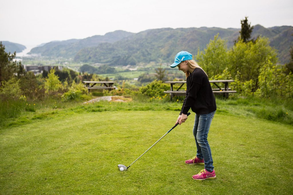 Bestill golfferie på en av Norges beste golfbane. Bor du på The Bølgen & Moi hotel Utsikten får du utsøkt vin og lekker mat. Foto: Adam Read©Visit Sørlandet.