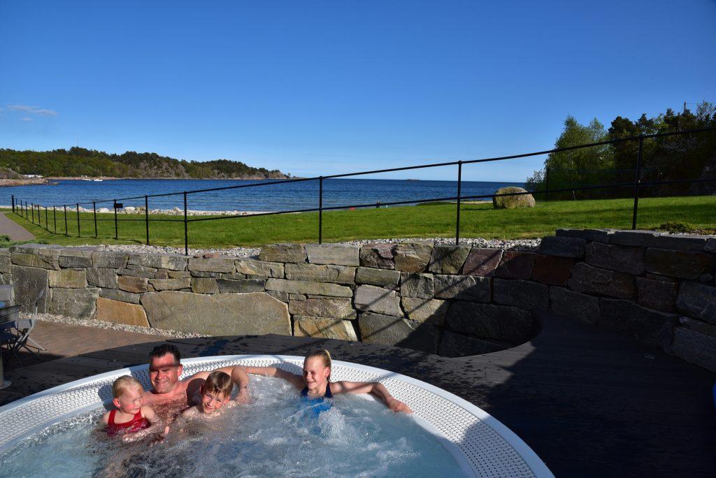 Strand hotel Fevik har boblebad ute og en velværeavdeling inne, akkurat passe stor til å nyte sommeren. Foto: E. Høibo©Visit Sørlandet