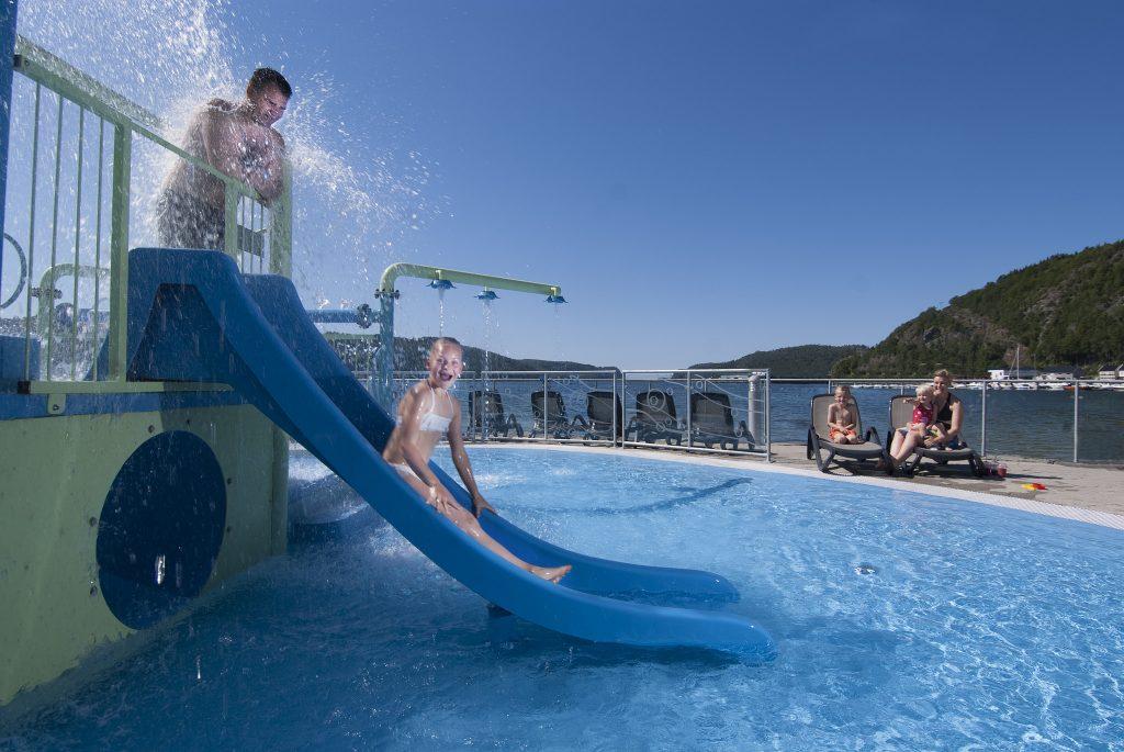 Sklier, solsenger og deilig badevann på Sørlandsbadet. Foto: Peder Austrud©Visit Sørlandet