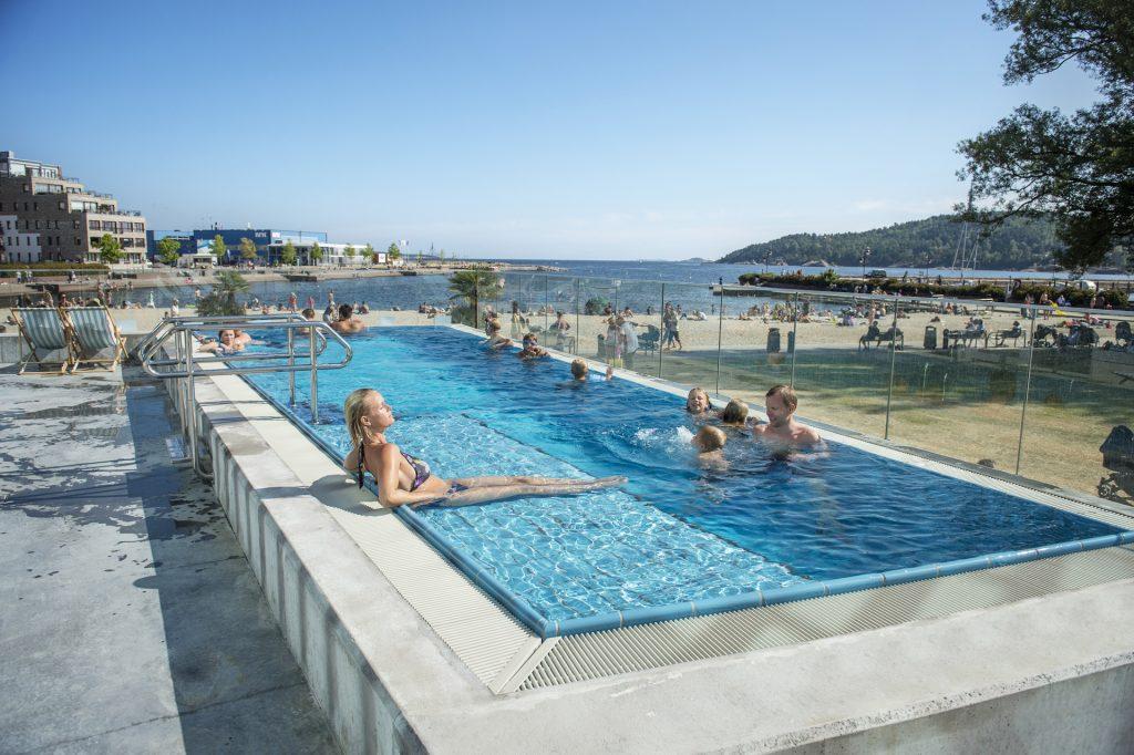 Bilder fra Aquarama i Kristiansand hvor store og små koser seg i badeanlegget.