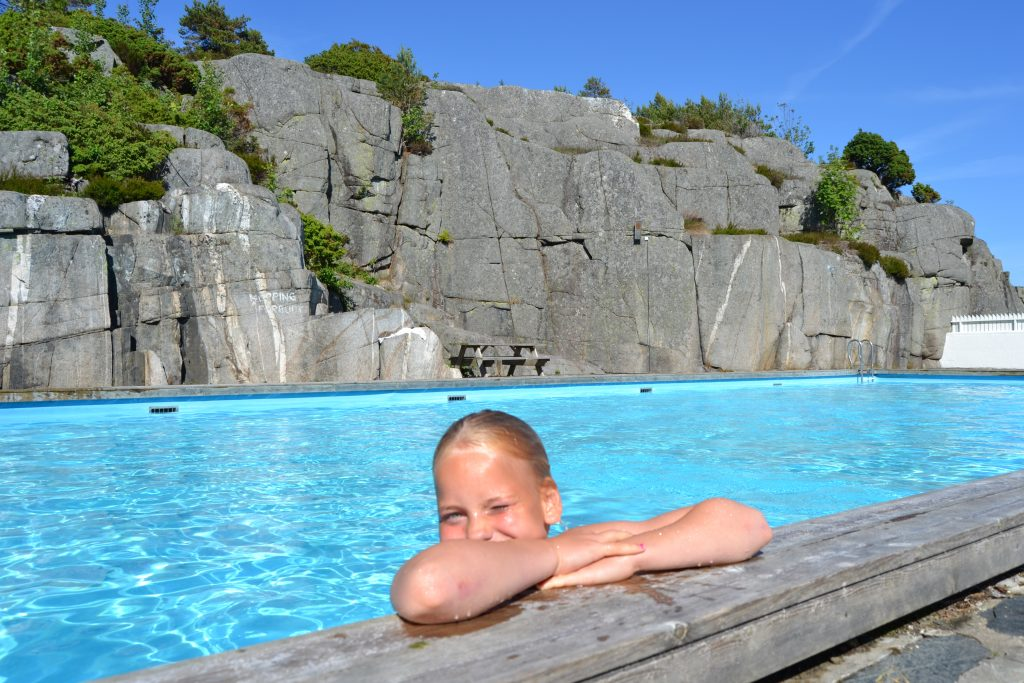 Nyt deilige dager ved bassengkanten på Skottevik feriesenter. Foto: E.Høibo©Visit Sørlandet