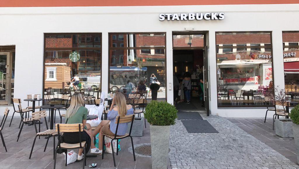 Uteservering på Starbucks i Kristiansand