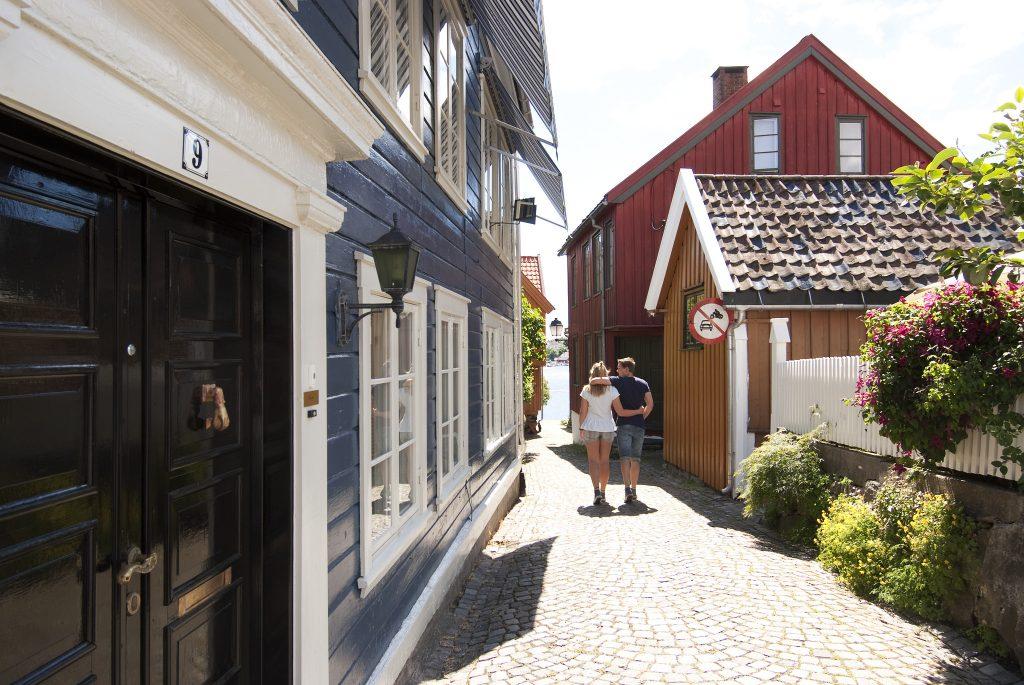 Ta en spasertur mellom gamle Sørlandhus og brosteinsbelagte gater i Arendal. Foto: Peder Austrud©Visit Sørlandet.