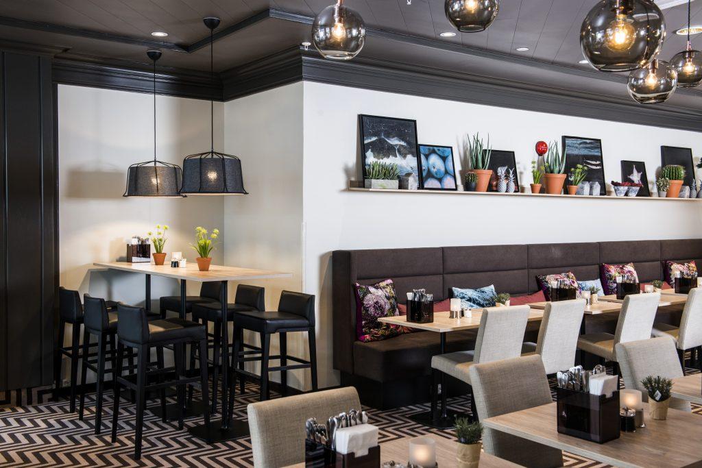De mørke fargene skaper en fin atmosfære i restauranten.