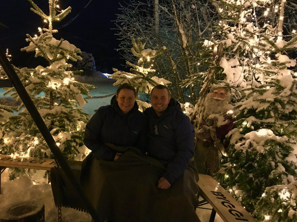 Kjell Rune Strømstad foran Julekrysset på Hornnes