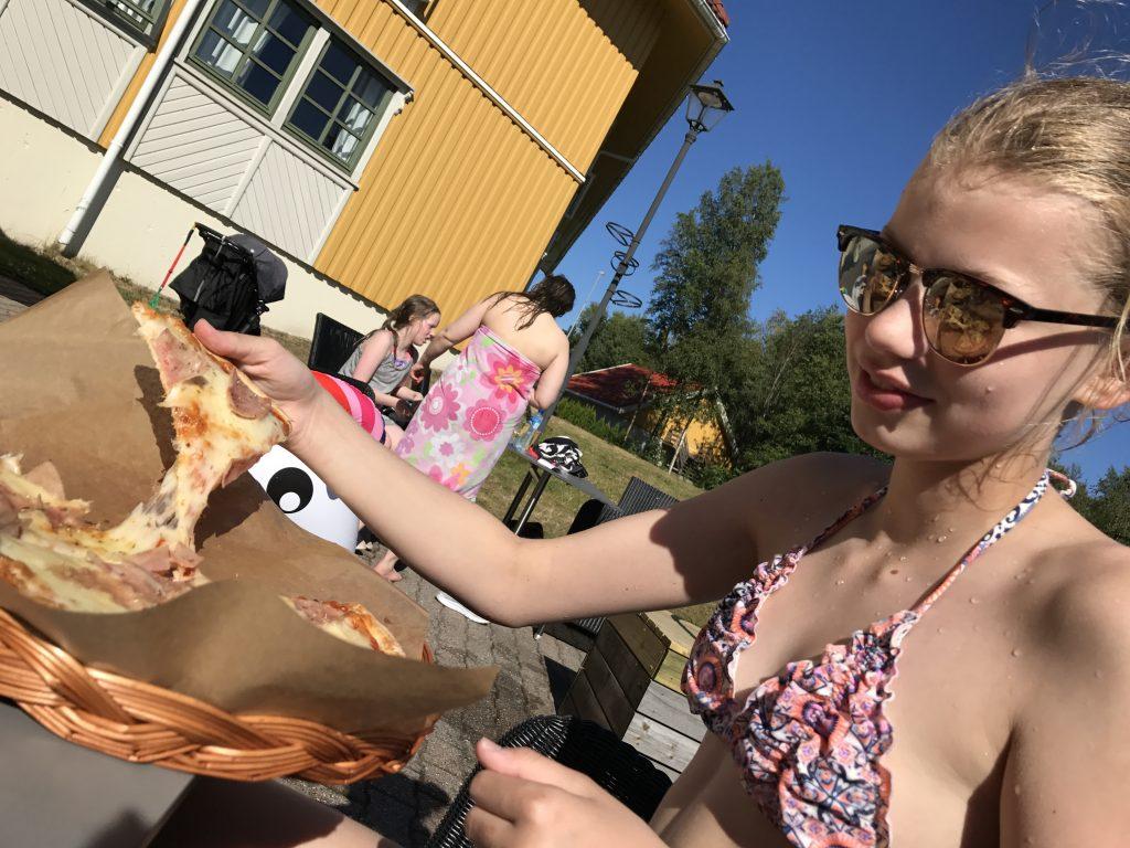 Jente spiser pizza på Scandic Sørlandet
