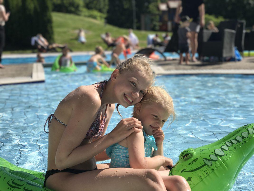 To jenter i barnebassenget på Scandic Sørlandet