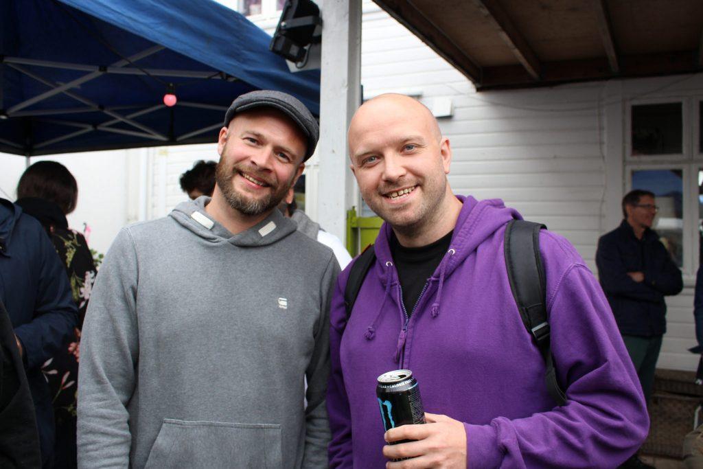 Frode Johannessen i Smaabyen Flekkefjord og rapper fra Mors Rebeller på bakgårdsfest under Smaabyfestivalen