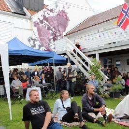 Publikum på konsert i bakgården til Randi under Smaabyfestivalen 2017 i Flekkefjord