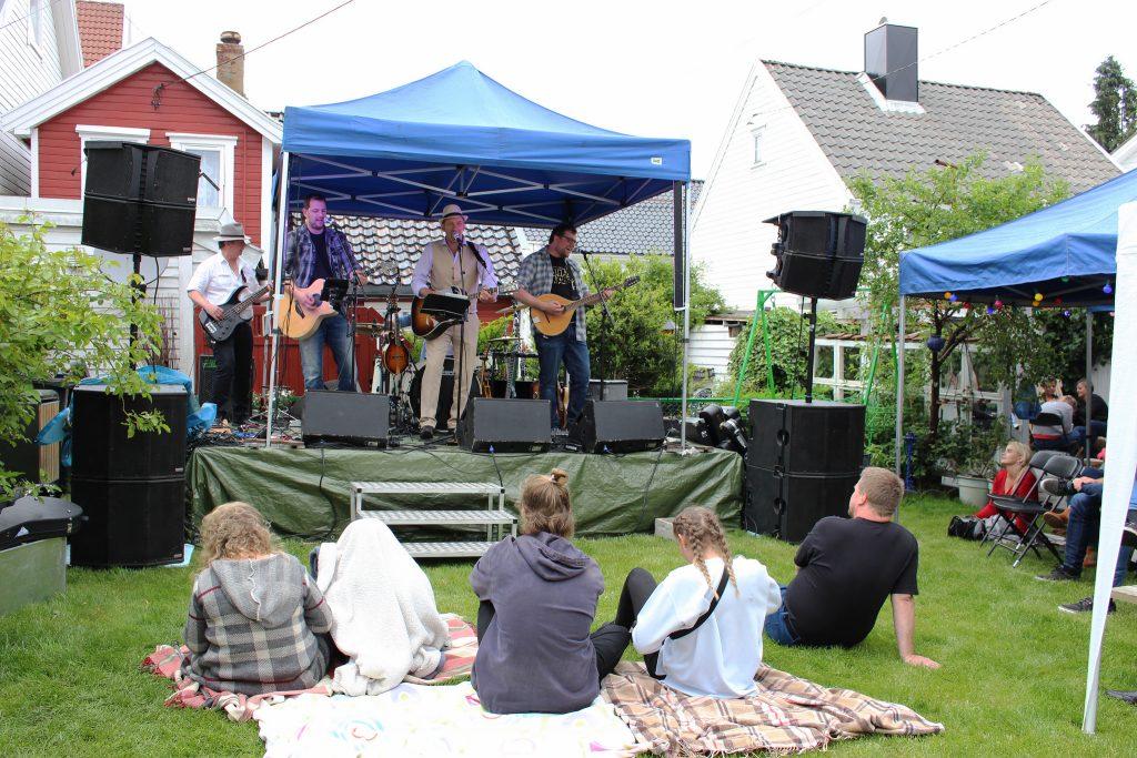 Hardcore Troubadours spiller på bakgårdsfest på Smaabyfestivalen i Flekkefjord