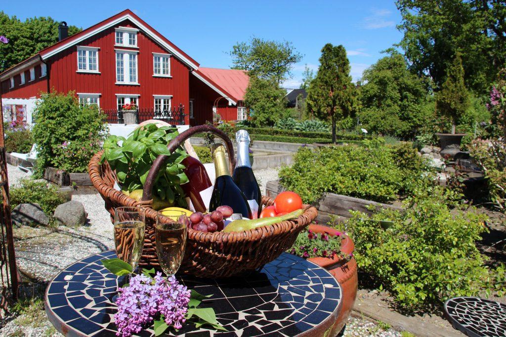 Bjellandstrand gård ligger midt i Nasjonalparken og tilbyr tvekamp og Farmen light.