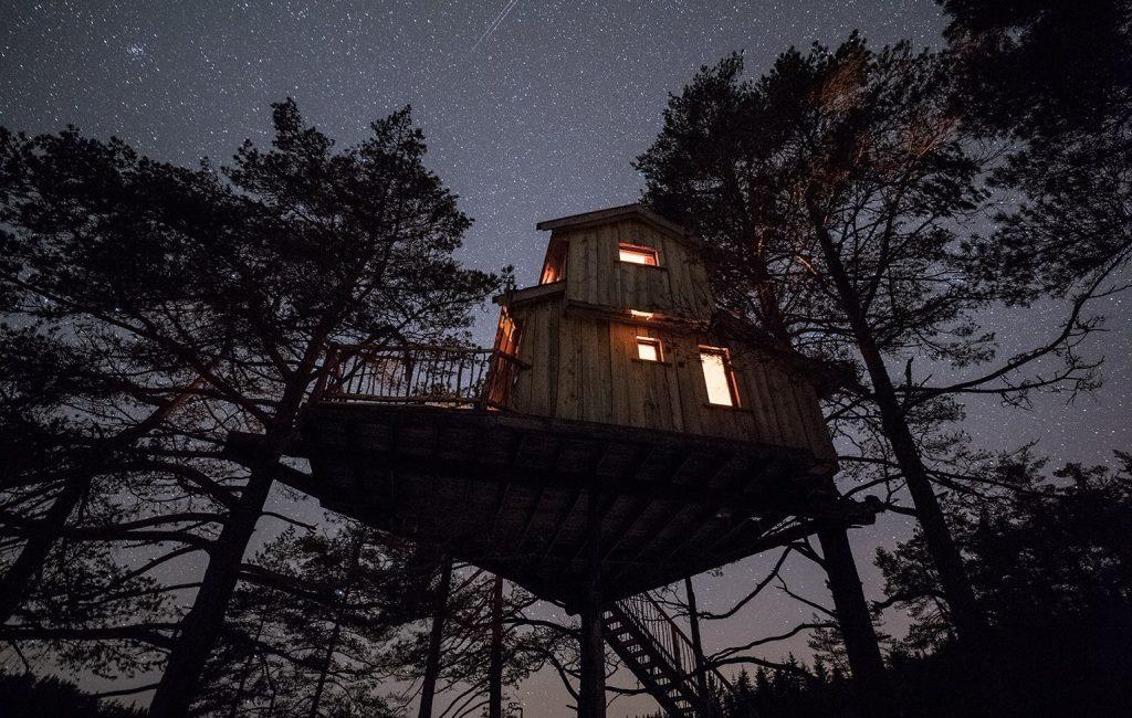 Bo i Øyhytta på Fiddan og nyt stjernene fra en beksvart himmel.