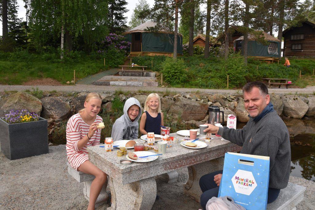 Frokost inntas utenfor yurtene i Mineralparken