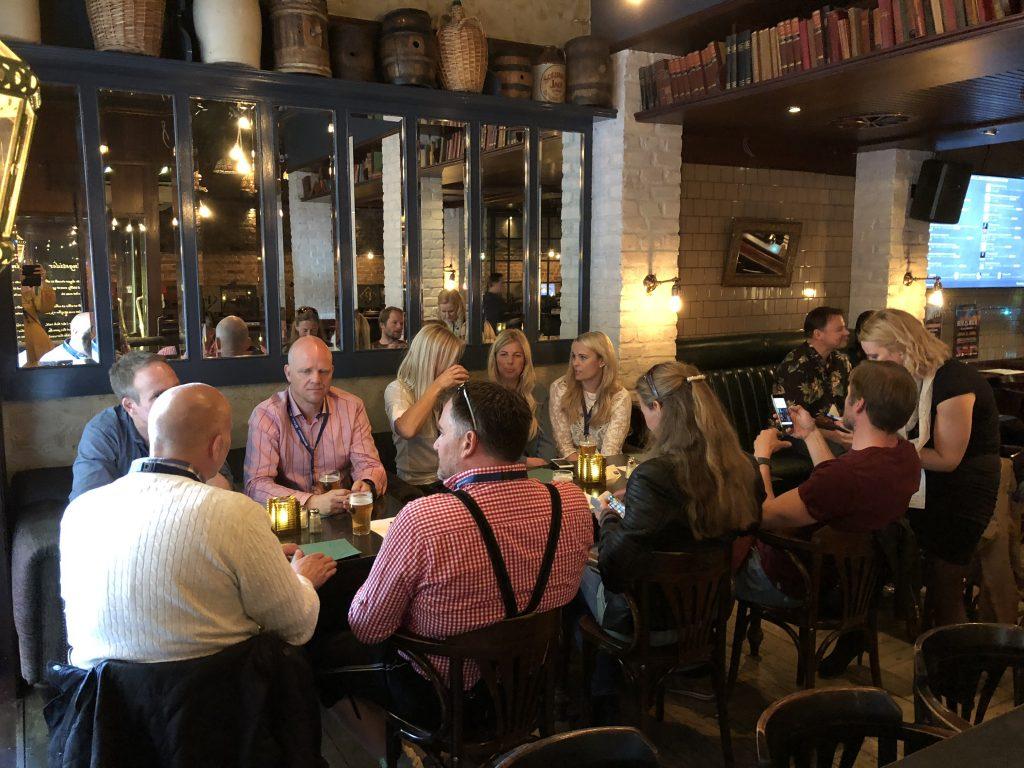 Bli kjent med nye mennesker på Kristiansand Beer Walk. Foto: E. Høibo©Visit Sørlandet.