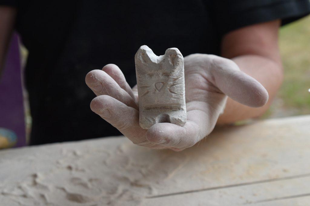 Skjær ut en figur i stein. Foto: E.Høibo©Visit Sørlandet.