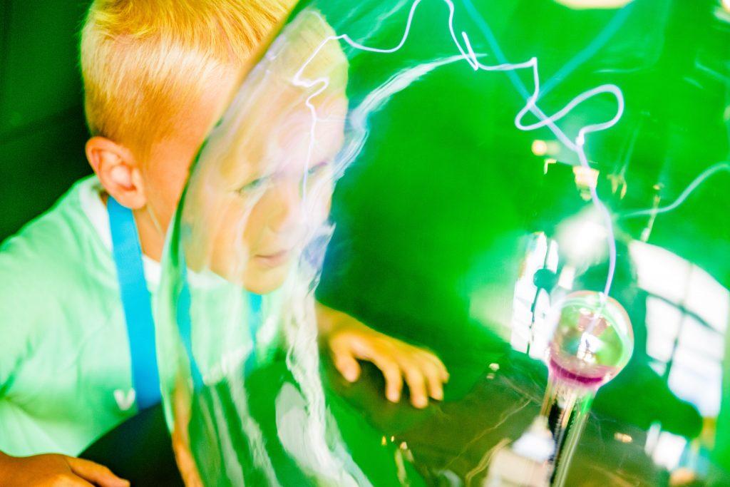 Barn med kraftkule på Vitensenteret Sørlandet