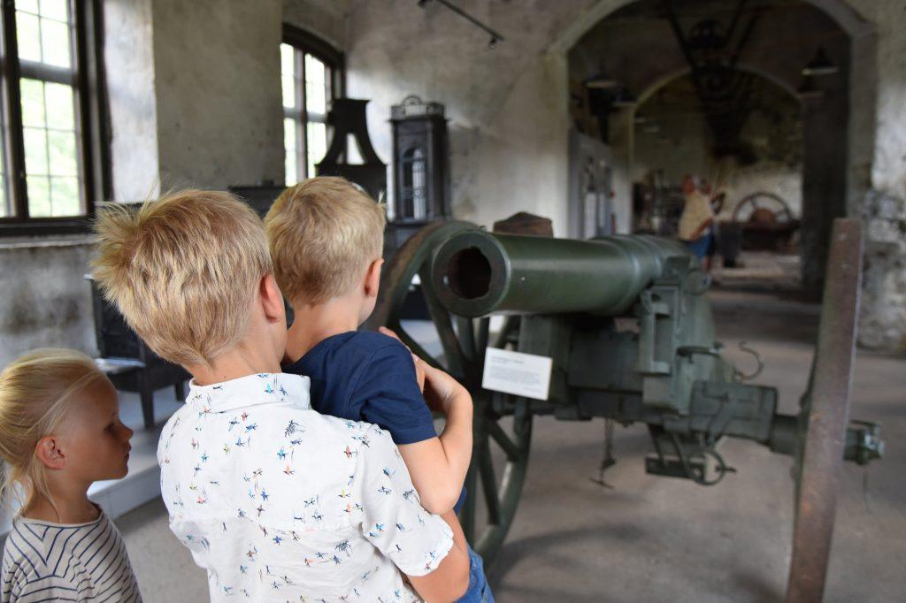 Ungene synes det var spennende å se en kanon fra 1800-tallet utstilt på Næs jernverksmuseum. Foto: Elisabeth Høibo©Visit Sørlandet