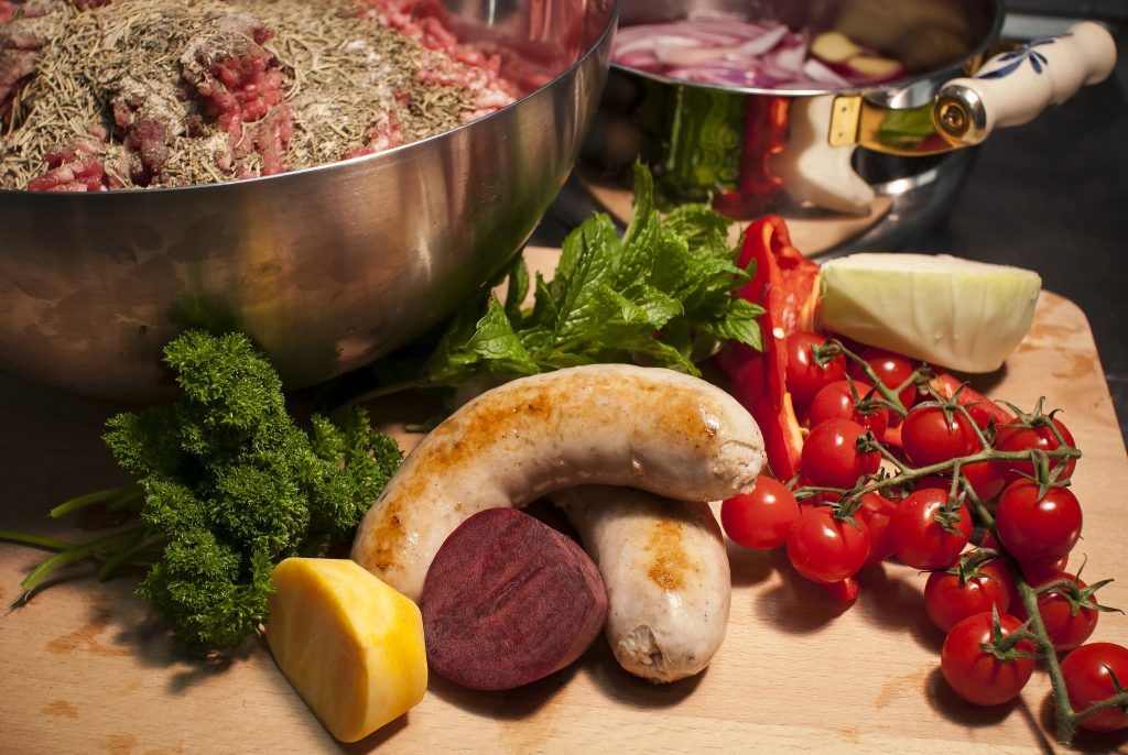 Smak på pølser fra Ragnvalds pølsemakeri i Barnas Bistro. Foto: Linn & Rangvald