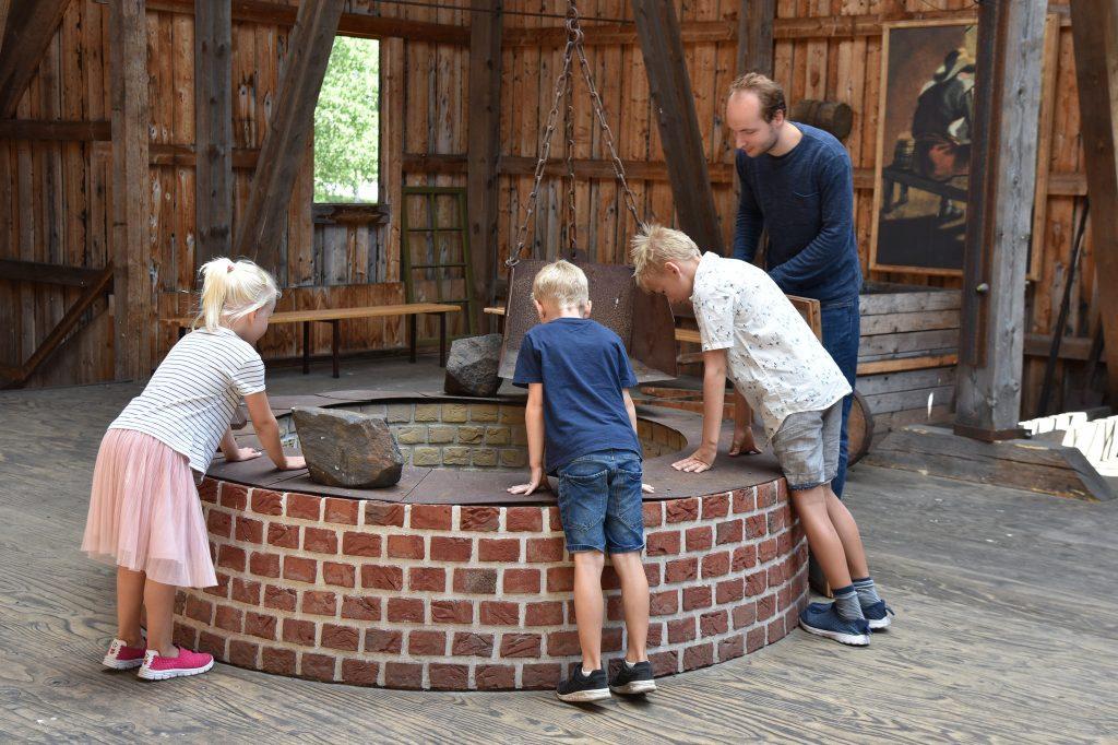 Omvisning på Næs jernverk var spennende og barna lurte på mange ting som de fikk svar på. Foto: Elisabeth Høibo©Visit Sørlandet