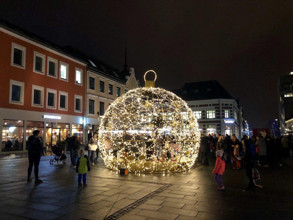 Magis på sitt beste, en hel julekule som lyser opp og som du kan gå inn i. Foto: Kvadraturen