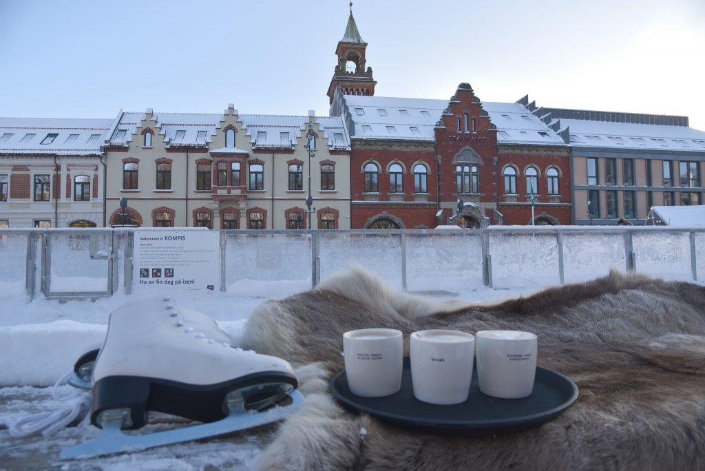 Midt på Torvet i Kristiansand skaper isbanen en fin ramme rundt Julebyen. Foto: E.Høibo©Visit Sørlandet