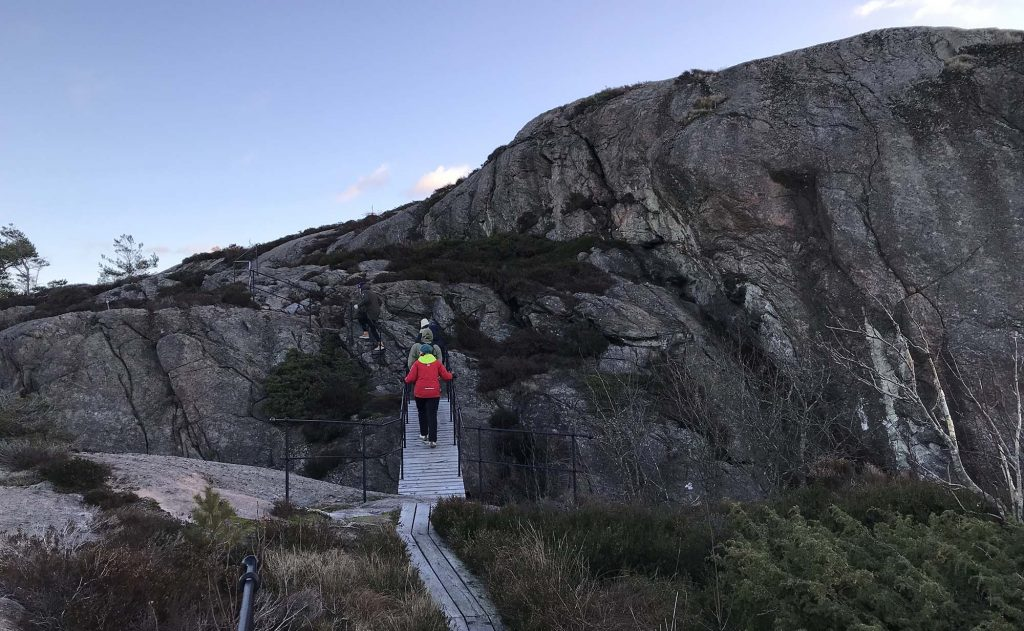 Turgåere på bro langs kyststien på Kapelløya
