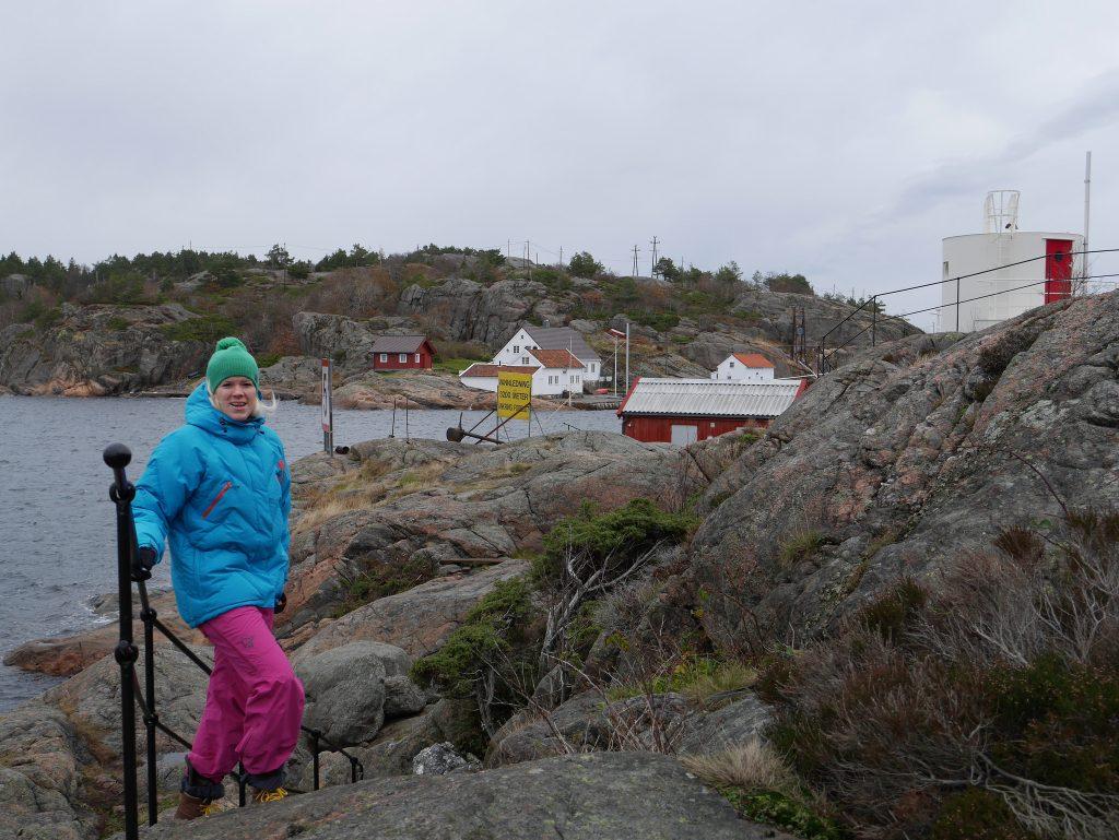 Kvinne i fargerike klær på tur langs kysstien i Ny-Hellesund