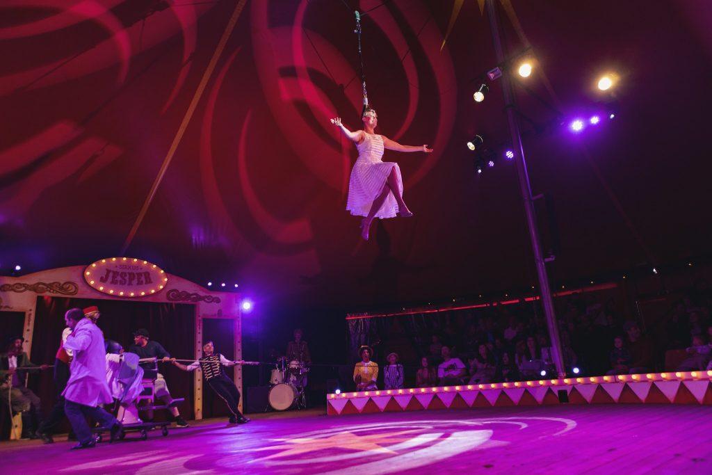 Imponerende stunt hvor dame blir dradd opp i taket i bakre håret. Foto: Dyreparken