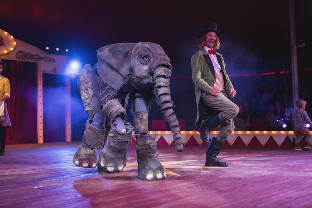 Sirkus Jespers elefant gjør magiske triks. Foto: Dyreparken