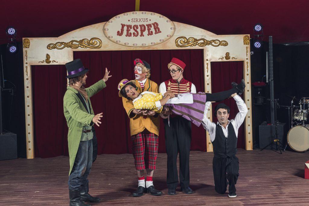 En stor gjeng med gledesspredere i manesjen på Sirkus Jesper Foto Dyreparken