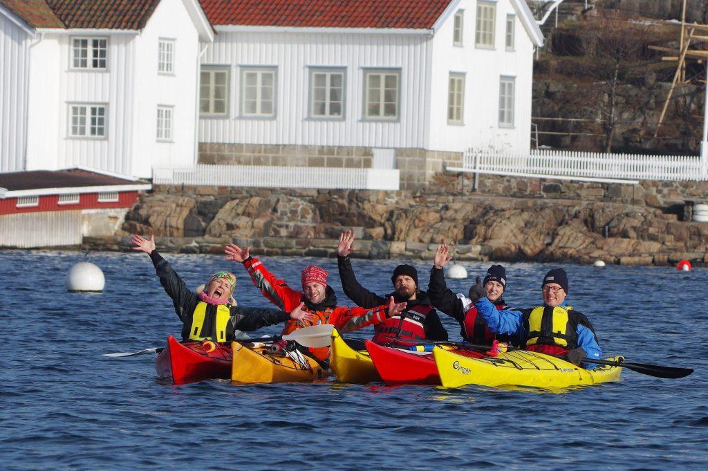 Gruppe som padler kajakk i skjærgåden på Sørlandet med Kote Null