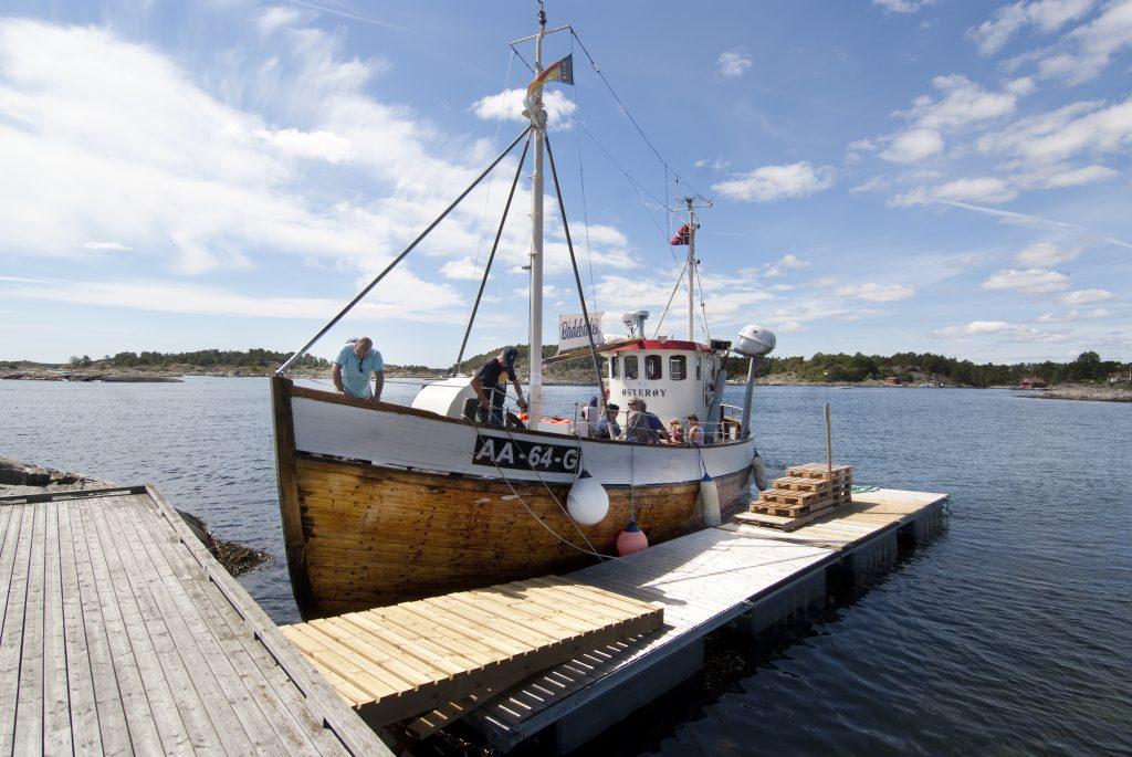 Hopp ombord på Osterøy i Grimstad og dra på badetur på holmene i Raet Nasjonalpark. Foto Peder Austrud©Visit Sørlandet